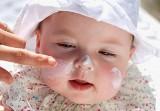 Bảo vệ trẻ đúng cách khi đi nắng