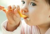 """Những lời khuyên """"vàng"""" khi các mẹ cho bé ăn váng sữa"""